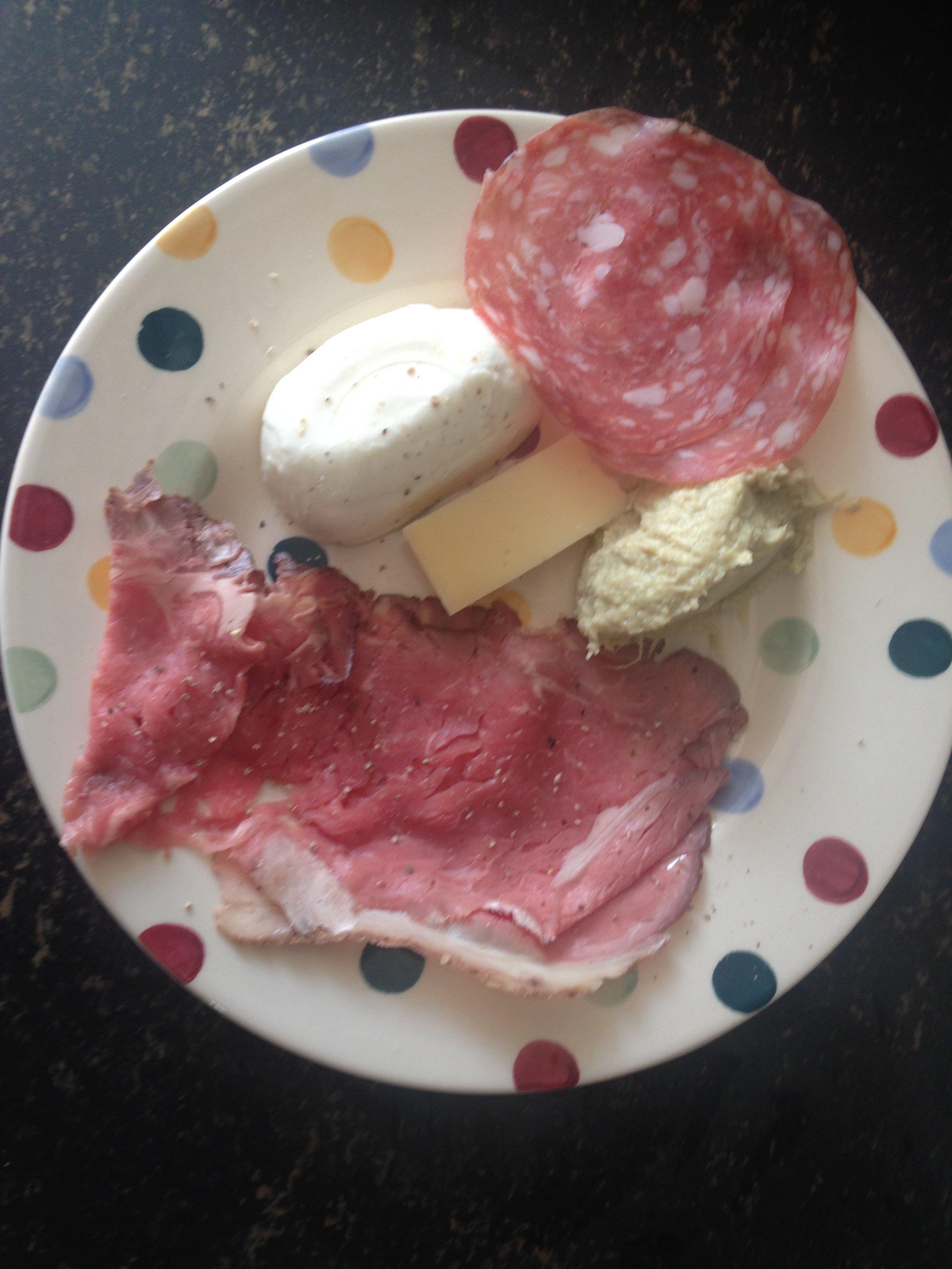 Rosbief, salami en kaas, een snelle keto maaltijd zonder koken