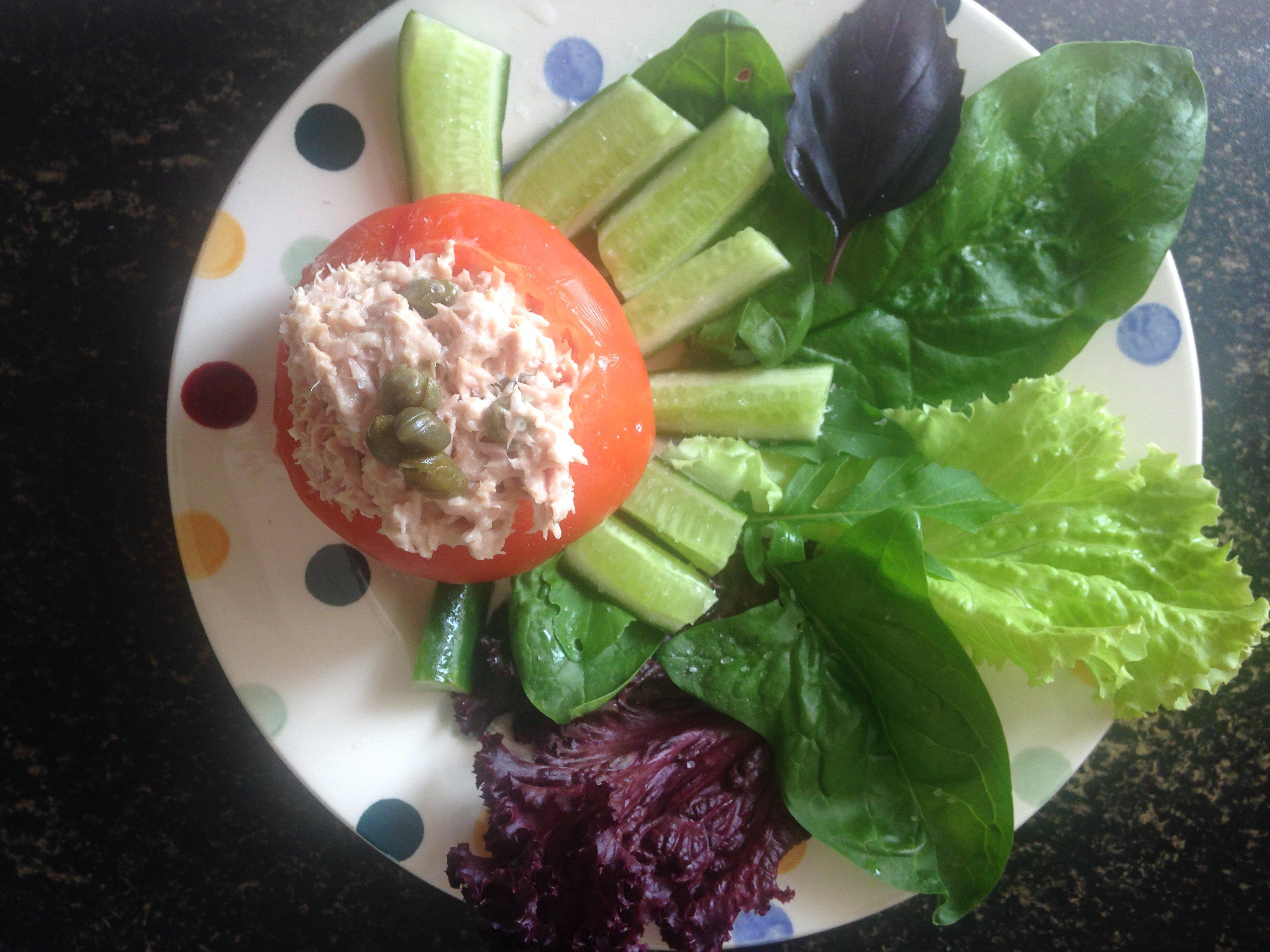 Keto: Tomaat met tonijnsalade