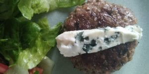 Keto lunch: hamburger met rocquefort
