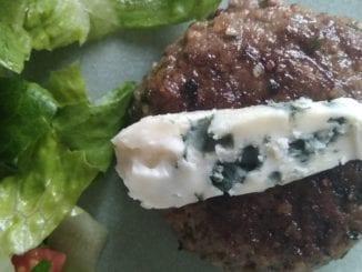 Keto lunch: hamburger met rocquefort