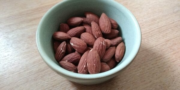 Keto snack: geroosterde amandelen