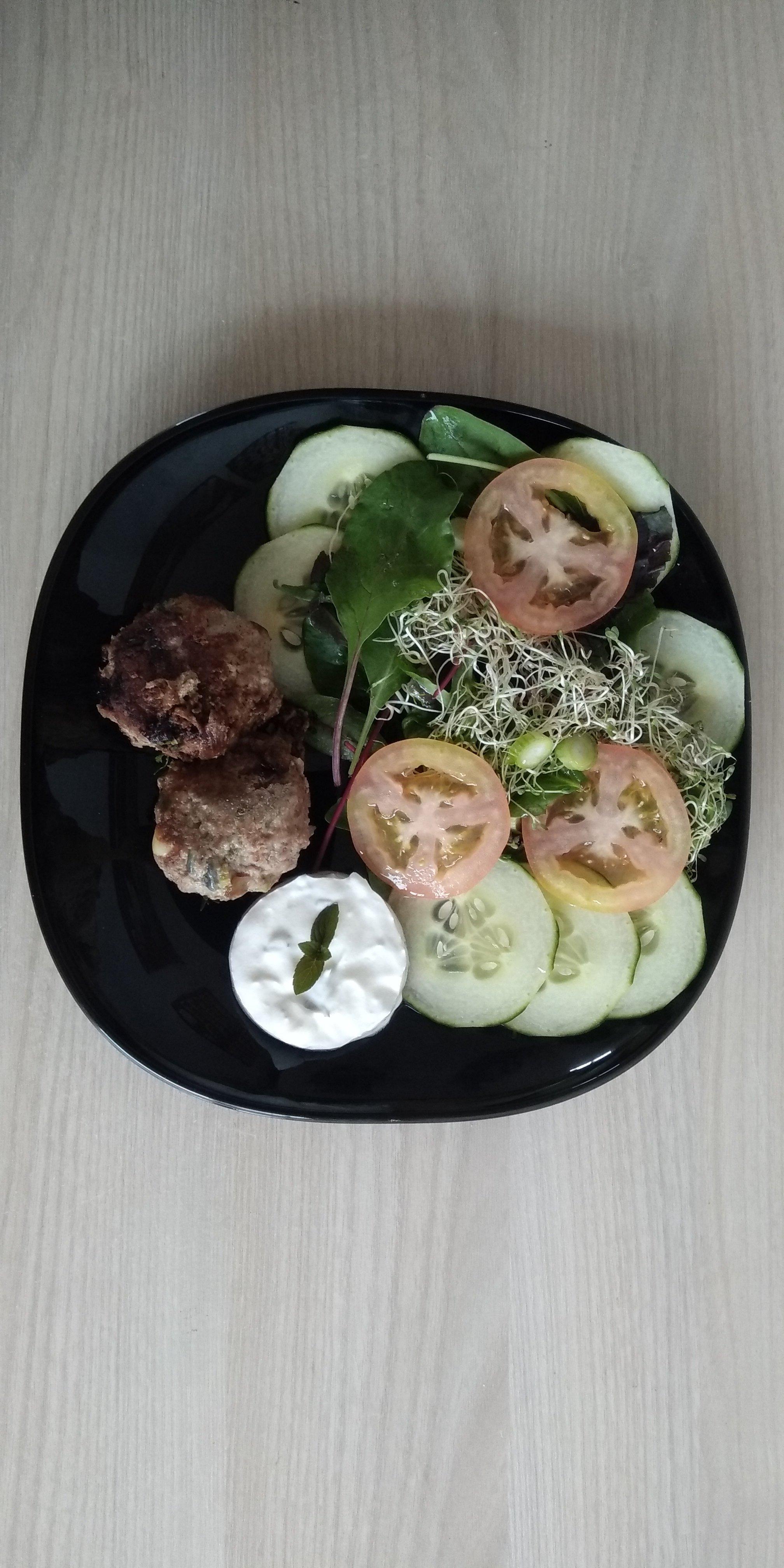 Keto maaltijd: gehaktballen, salade en een dip