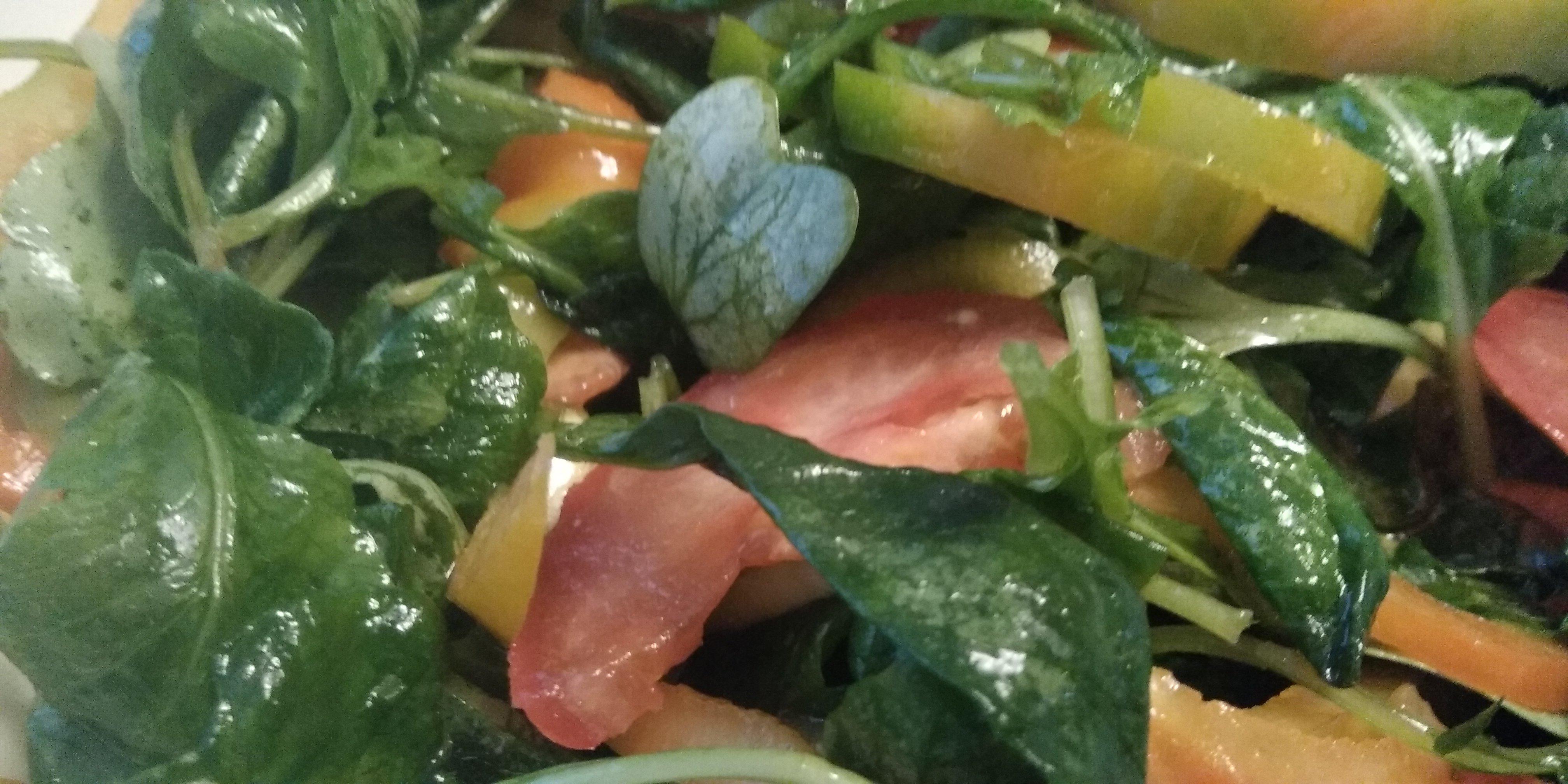 Keto salade van radijsblaadjes