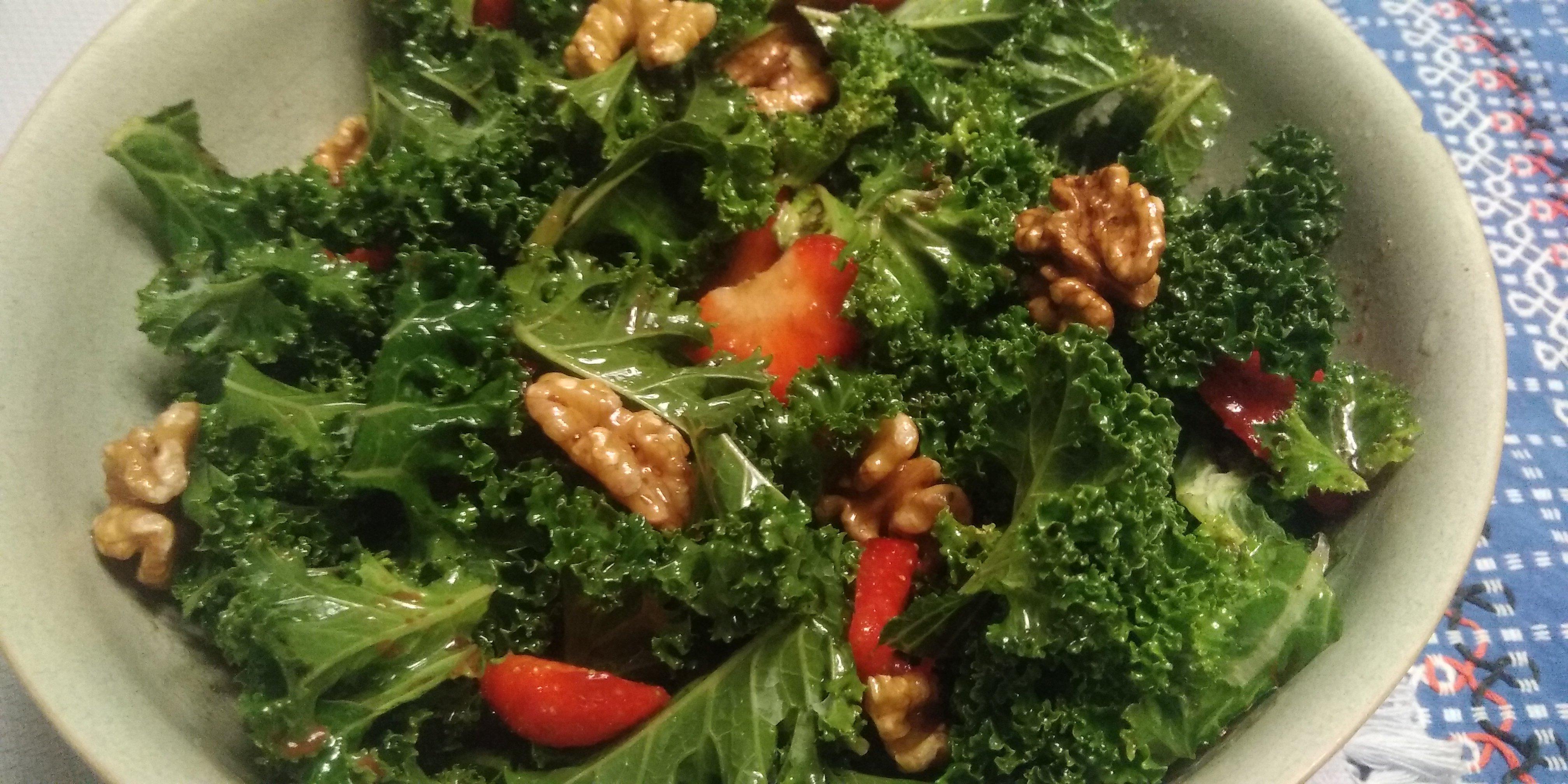 Salade van aardbeien, boerenkool en walnoten