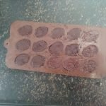 Chocolade in de paasei vormpjes gieten