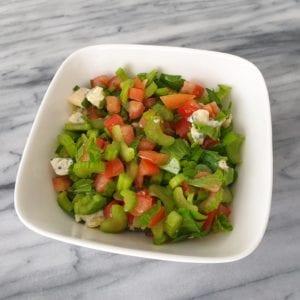 Voeg de olijfolie, citroensap en versgemalen peper aan de kom toe en meng door elkaar heen.