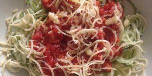 Keto courgette spaghetti met tomatensaus en geraspte kaas