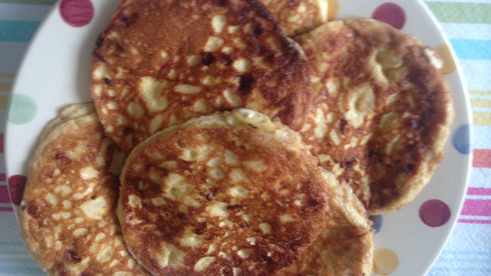 Een bord vol met keto pannenkoeken! Smullen maar!